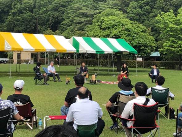 浅野市長も参加した「まちづくり対談」では、 多くの参加者が自分の椅子を持って集まった