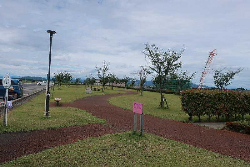 第2会場の生井桜づつみ公園では、当日は左手に見える駐車場は駐車禁止とし、 渡良瀬遊水地を見渡せるキャンプサイトとした